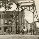 De Hoofdbrug over de Varkenssluis gezien vanuit de Lange Nieuwstraat in de richting van de Hoofdstraat (1910 - 1915).